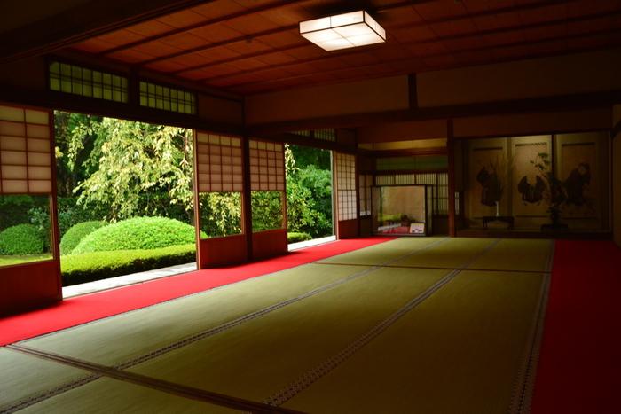 「蓮華の間」「悟りの窓」などといった、屋内から庭園を見た光景が美しいと評判。椿や楓、松などが風情豊かに植えられています。