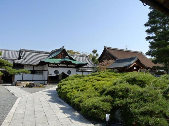 嵯峨御所のふたつ名もある「大覚寺」。皇室にゆかりがあり、お寺のなかでは宮廷風・御所風の様式が多く見受けられます。
