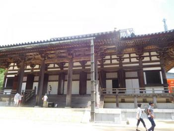 高野山の総本堂「金堂」には、御本尊の薬師如来が祀られています。