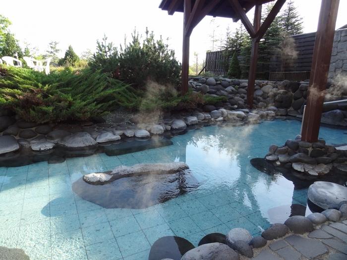 自然の素材を生かした石造りの大浴場。泉質は低張性弱アルカリ性低温泉です。露天風呂からは大雪連峰が見渡せます。