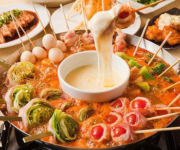 人気抜群のチーズ串鍋。特製の出汁は、辛みとうまみが絶妙の「うま辛」と、トマトの酸味・甘みがチーズに合う「トマト」の2種類から好きな方を選べます。シメは、うま辛はラーメンで、トマトはチーズ雑炊。
