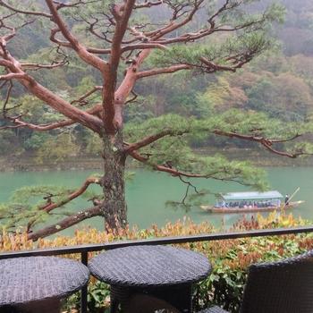【画像は、*大堰川沿いの「翠嵐 ラグジュアリーコレクションホテル 京都」からの眺め。※大堰川は、桂川上流の呼び名。】