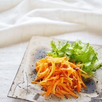 和の風味も楽しめる、柚子を使った爽やかなキャロットラペです。刻んだアーモンドの食感がアクセントに。