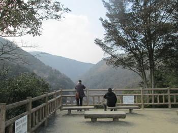 【亀山公園の展望台への行き方:大堰川(保津川)沿い(東岸側)を上流に向かって歩き続けます。突き当りに石畳の階段があるので、標識に従って上り続けると展望台へ到着します。展望台は3箇所あり、眺めはそれぞれ違います。】