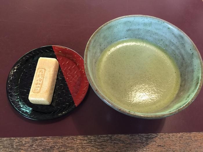 【和菓子は、「大河内山荘」と刻印された最中。京都の老舗和菓子店「鶴屋吉信」の特製です。ほろ苦いお抹茶と良く合います。庭をゆったりと眺めて美味しく頂きましょう。】