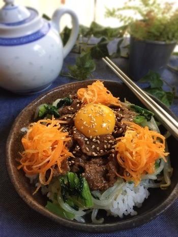 ご飯と一緒にキャロットラペを食べるのも◎ 特にビビンバはよくニンジンが使われるので、キャロットラペを使ってみてはいかがでしょうか。