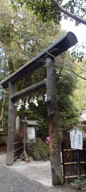 """『源氏物語』の賢木の巻で、光源氏と六条御息所が別れる場面で登場する「野宮神社」。 現在は「源氏物語」の神社としてよりも、""""縁結び""""のパワースポットとして人気を博している神社です。 【画像は、クヌギの樹皮が付いたままの""""黒木鳥居""""。】"""