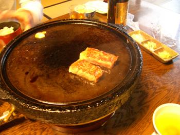お肉は特製の鉄板で焼いて頂きます。 焼き方は店員さんが教えてくれますが、自分の好きな焼き加減で食べられるのもいいですね。