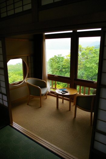 趣のある和室の部屋からは十和田湖を眺めることができます。心身ともに癒されますね。