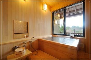 檜の内風呂付きのお部屋。ベッドルームと掘りごたつの和室があり、ゆったりくつろげます。