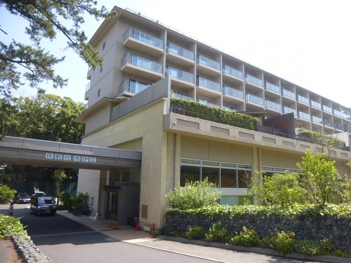 日本の渚百選の弓ヶ浜の目の前に立つ「休暇村 南伊豆」。伊豆最南端にある公共の温泉宿で全国36ヶ所にある休暇村のひとつです。