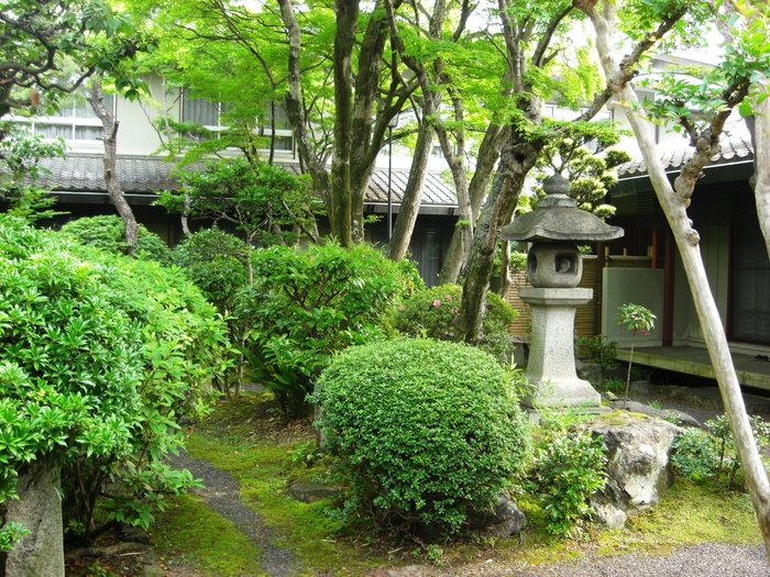 小堀遠州作と伝わる庭園や辻与次郎作の雪見灯篭など、歴史的な遺物が多く残されており、お部屋からお庭を眺める事も出来ます。