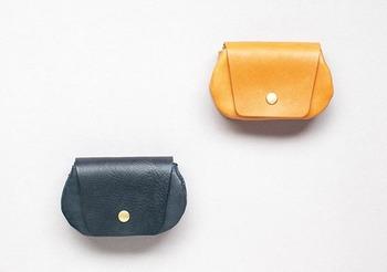 日本生まれの革小物ブランドBox & Coxはその名の通り「一人二役」できるようにと、使い手のアイデア次第で2つ以上の用途を持てるように設計された製品が特徴的なブランドです。  こちらの小銭入れは2つのメインポケットと隠しポケットが配置されていますので、紙幣や切符、ピアスなど+αの収納ができます。