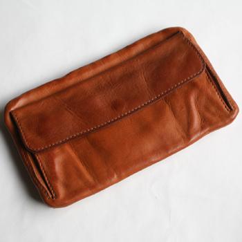 下町エリアにアトリエ兼ショップを構えるSyuRoの長財布。  長く受け継がれてきた職人技を失わないために、職人たちのもうひとつの活躍の場にしたいという思いで生まれたブランドの製品は、長く使い込むほどに味の出る素敵な仕上がりになっています。