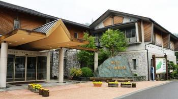 神山のふるさと産材である杉・桧などをふんだんに使い、里山のぬくもりに溢れた宿泊施設。
