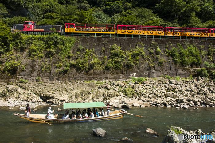 【保津川沿いを走るトロッコ列車】