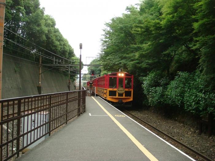 【画像は、トロッコ嵐山駅。桜や紅葉のシーズンでなくても旅を満喫できる駅です。】