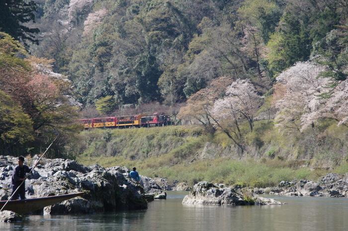 【保津川下りの舟から見上げる「トロッコ列車」】