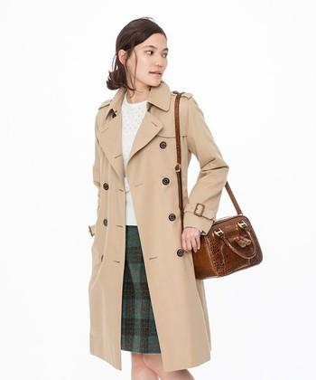 英国を代表する老舗ブランド、「マッキントッシュ」のセカンドラインとして誕生した「MACKINTOSH PHILOSOPHY(マッキントッシュ フィロソフィー)」。 定番のトレンチコートは、すっきりとしたシルエットで、スーツルックはもちろん普段着との相性も◎。トレンドに左右されないベーシックなデザインなので1枚持っていると重宝します。はっ水加工や花粉対策素材の使用など、うれしい機能も。