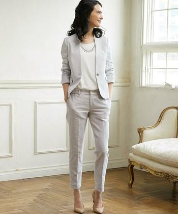 春先ならグレーやベージュなどの明るめの色もおすすめ。セットアップで着ても重い印象になりません。合わせるパンツも9分丈を選べばスッキリ女性らしいコーデに。