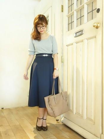 ミモレ丈スカートでのコーデです。色使いも落ち着いた色でまとめればオシャレに着こなせます!