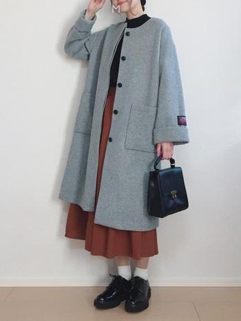 Aラインシルエットが可愛らしいコートと、レンガ色スカートがレトロな雰囲気を感じさせるコーディネート。 小物もヴィンテージテイストの物で揃え、統一感を出しました。