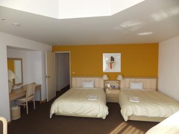 こちらはリゾナーレトマムの客室。 全部屋100平米を越えるラグジュアリールーム。  夏は冬よりもリーズナブルな価格で贅沢プランも選べるそう!