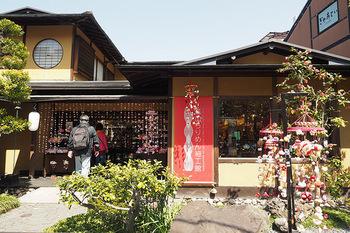 """江戸期から継承された""""ちりめん細工""""の魅力を伝える「ちりめん細工館」は、嵐電嵐山駅から徒歩1分。"""