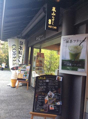 1Fは、「京の味わいのフロア」。京漬物やちりめん、宇治茶や和菓子等の老舗店がずらり。 【画像は、「嵐山らすく」。】