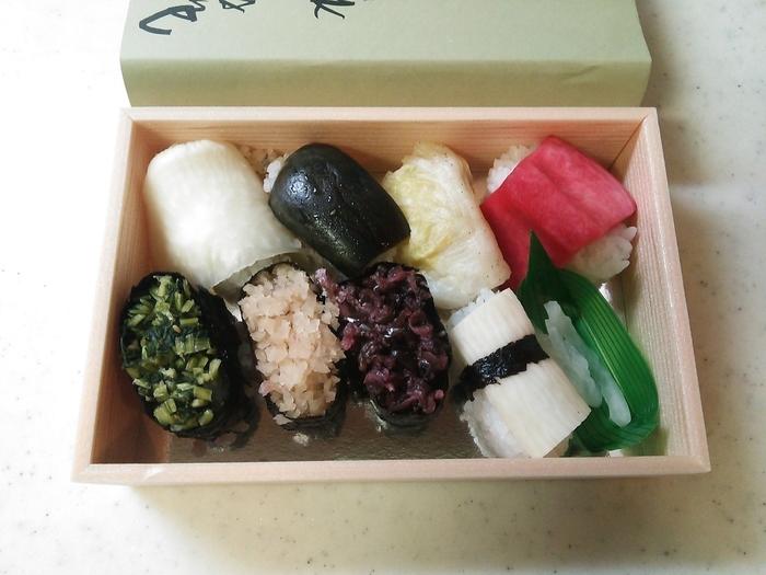 """「昇龍苑」の奥には、憩いのスペースも完備しているので、気兼ねなく老舗の味わいを楽しめます。 【画像は、京都の有名漬物店「西利」の""""京漬物寿司""""。3貫・5貫・8貫と三種類あるので、お腹に合わせて選べます。】"""