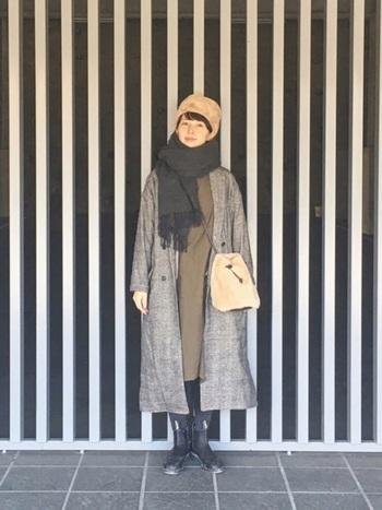 全体をアースカラーでまとめたコーディネート。帽子とバッグの素材に統一感を出しました。寒い冬にはぬくぬくアイテムでほっこり温まりたいですね。