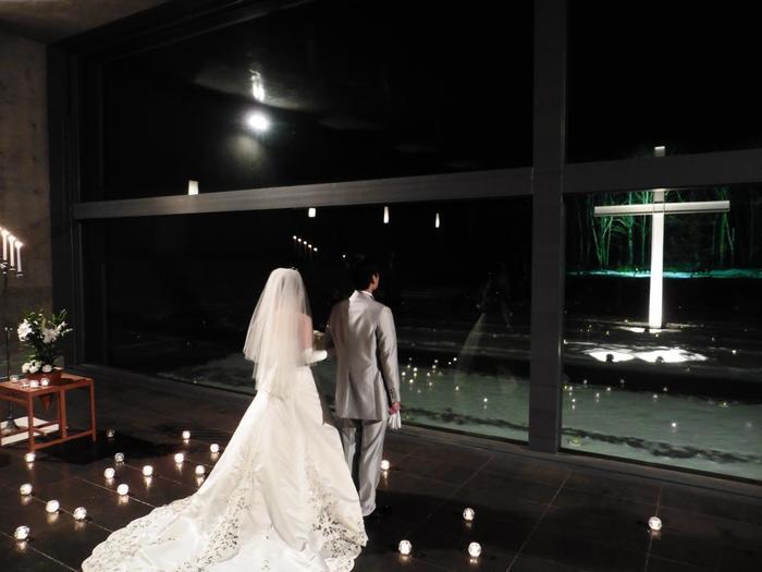 こちらは、リゾート内にある結婚式場「水の教会」。