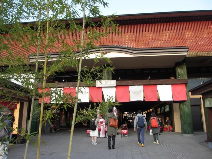 「はんなりほっこりスクエア」には、京都ならではの土産物店や飲食店が軒を連ねています。ベンチや椅子も並んでいるので、休憩するのに便利。