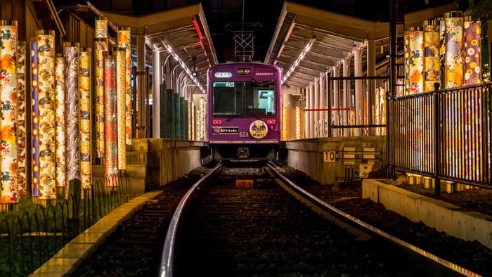 人気の秘密は、駅構内の「光の林」と、駅舎の商業複合施設「嵐山駅はんなり・ほっこりスクエア」。