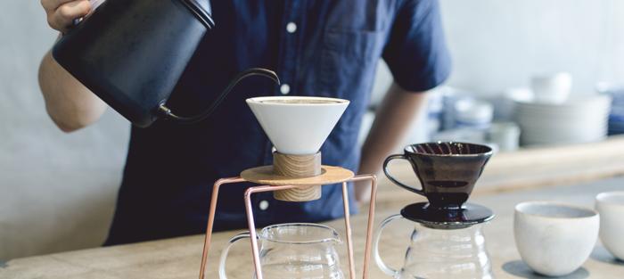 他にも味わい深い茶葉があり、これら厳選された茶葉を「東京茶寮」では、磁器と木材で構成されたドリッパーでバリスタが丁寧に淹れてくれます。