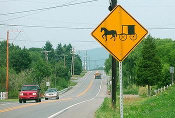 町中を走っていると、こんな一風変わった看板を見かけることがあります。  これは「馬車が通ります」の標識。この標識が見えると、近隣にアーミッシュのコミュニティがある目安だそう。