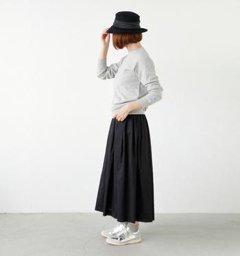 波打つようなデザインが印象的なつば広ハット。モノトーンのシンプルなスカートスタイルに、マニッシュさをプラスしています。