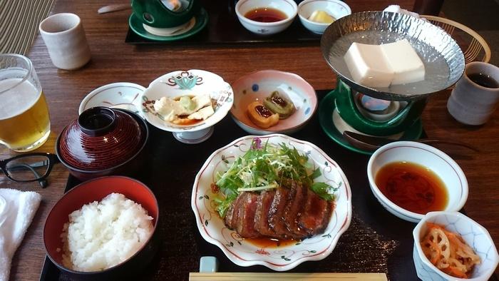 """京都丹波地方で育てられた""""京都牛""""と湯どうふが楽しめる「京味菜彩 庵珠」。カジュアルで和モダンな雰囲気の料理店です。 富山産の大豆で作られた豆腐は、甘味抜群で柔らか。メニューは、和牛ステーキに湯豆腐や湯葉刺し等が付いた御膳料理の他、和牛ステーキ重、生湯葉丼等など。"""