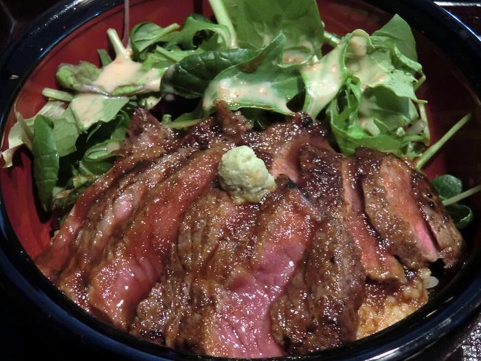 ランチなら、湯葉丼や和牛ステーキ丼もお勧め。 【画像は、和風仕立てが美味と評判の「和牛ステーキ丼」】