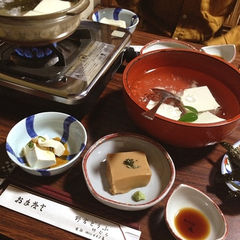 昭和37年創業の老舗の豆腐料理専門店「湯どうふ竹むら」。特製の出汁醤油で頂く湯どうふが絶品と評判のお店です。