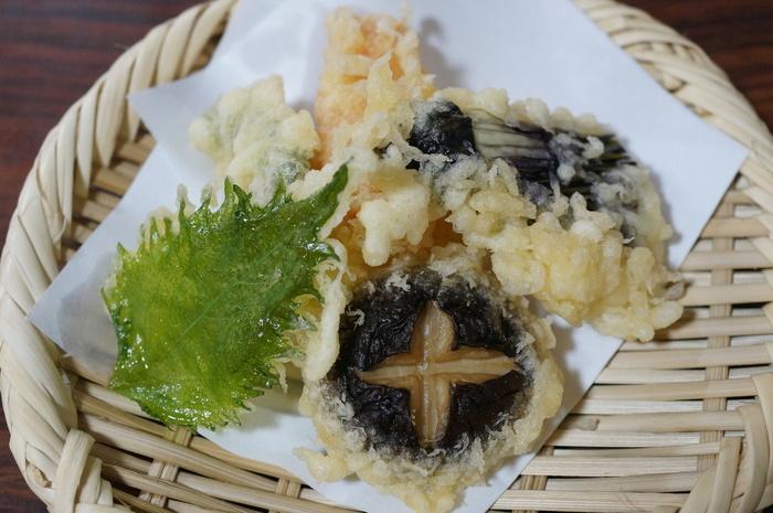 豆腐は名店「森嘉」の木綿豆腐。湯どうふに、ひろうすや八寸、天ぷら等が付いたコース料理が5種。予算とお腹に合わせて選べます。 【画像は、さくら・もみじ・松・竹のコースに付く、野菜の天ぷら】