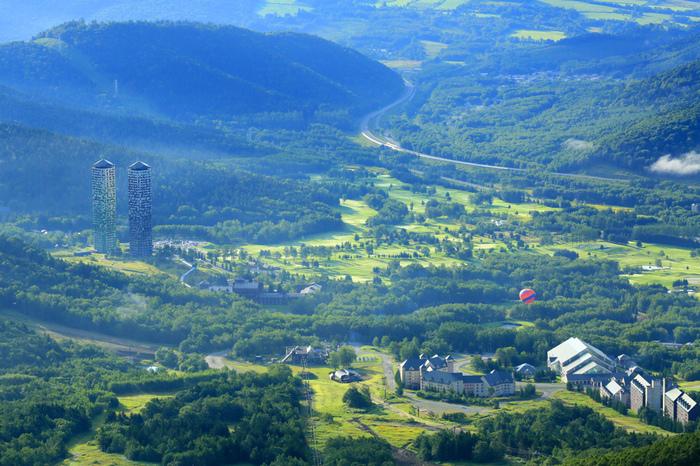 広大な北海道だけに、スケールの大きさに驚かされる星野リゾート。夏も冬もリゾート地としてファンを増やしています。地上36階から見る自然は一生の思い出になりそうですね。