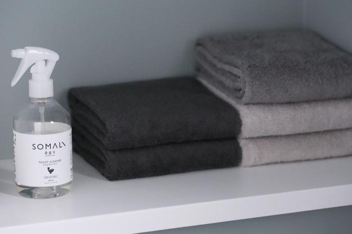 オープンの棚には、グレーのグラデーションで揃えたタオルを。まるでお店のディスプレイの様ですね。