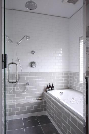 天井からホワイト~チャコールグレーとグラデーションになり、上部を明るい色にすることにより空間を広く見せる工夫がされていますね。こんなお風呂なら1日の疲れも一気にとれそう。