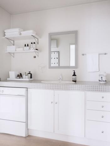 洗面所もホワイト×グレーの2色で色を統一させ、清潔感を。タイルは可愛らしい雰囲気になってしまうことが多いのですが、グレーを選ぶことにより大人っぽさも。