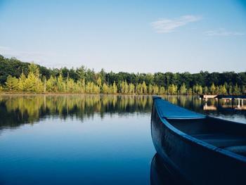 こちらはのんびり派のあなたに。カヌーで湖面を散歩します。カナディアンカヌーの上でノンビリお昼寝もOK!
