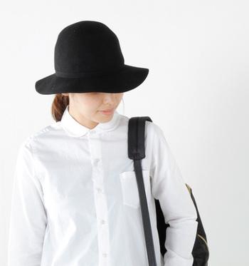 """つば広ハットとは、その名の通り""""つば""""の幅が広い帽子のこと。60~70年代を思わせるようなクラシカルな雰囲気が魅力です。"""