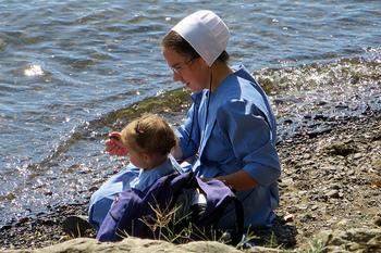 アーミッシュのコミュニティで生まれた赤ちゃんも、もちろんアーミッシュとして育ちます。  赤ちゃんの服装もとってもかわいい♪