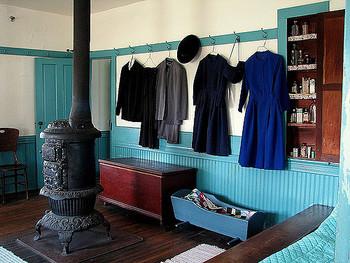 アーミッシュの人々は基本的に写真撮影を好まないため、屋内の写真は非常に貴重です。  左側に見えるのがストーブですが、もちろん電気を使いません。