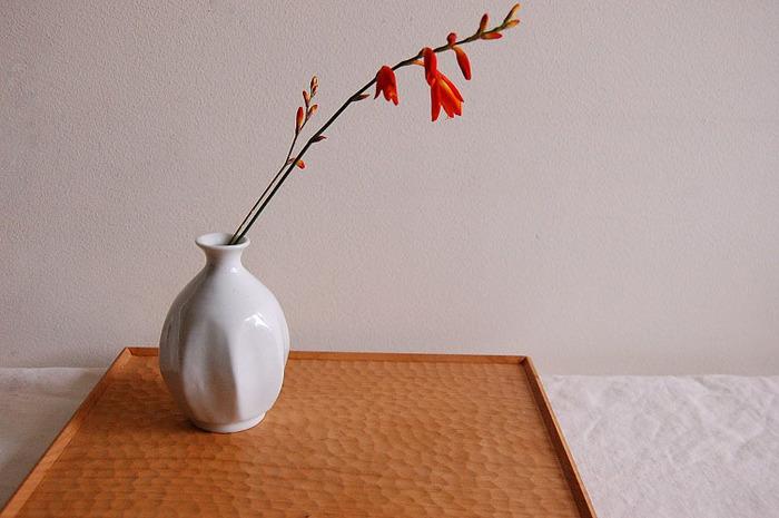 文吉窯のオリジナルブランド、そメやによって誕生した一輪挿し。どこか温かみのある白と八角の美しいフォルムがとても上品です。